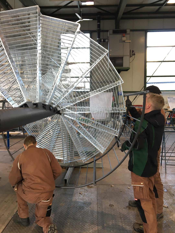 Mitarbeiter von Simonmetall arbeiten an einer durch Edelstahlbeschichtung beschichteten Treppe