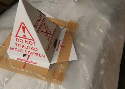 Ein Karton mit Sicherheitshinweis, der im Rahmen der Service Leistungen zum Einsatz kommt