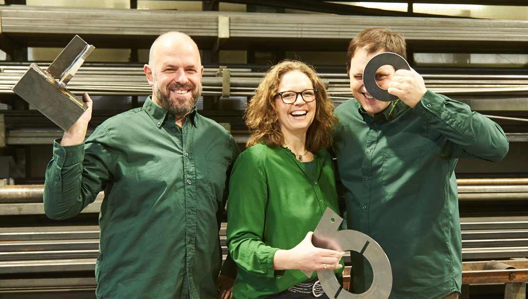 Mitarbeiter von Simonmetall freuen sich über durch Edelstahlbeschichtung beschichtete Metalle von Rockenstein